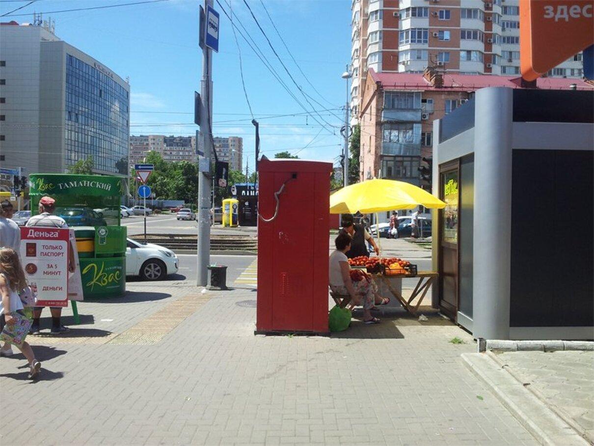 Жалоба-отзыв: Терминал платежей/придорожная торговля - Тротуар для пешеходов, а не для торговли!.  Фото №2