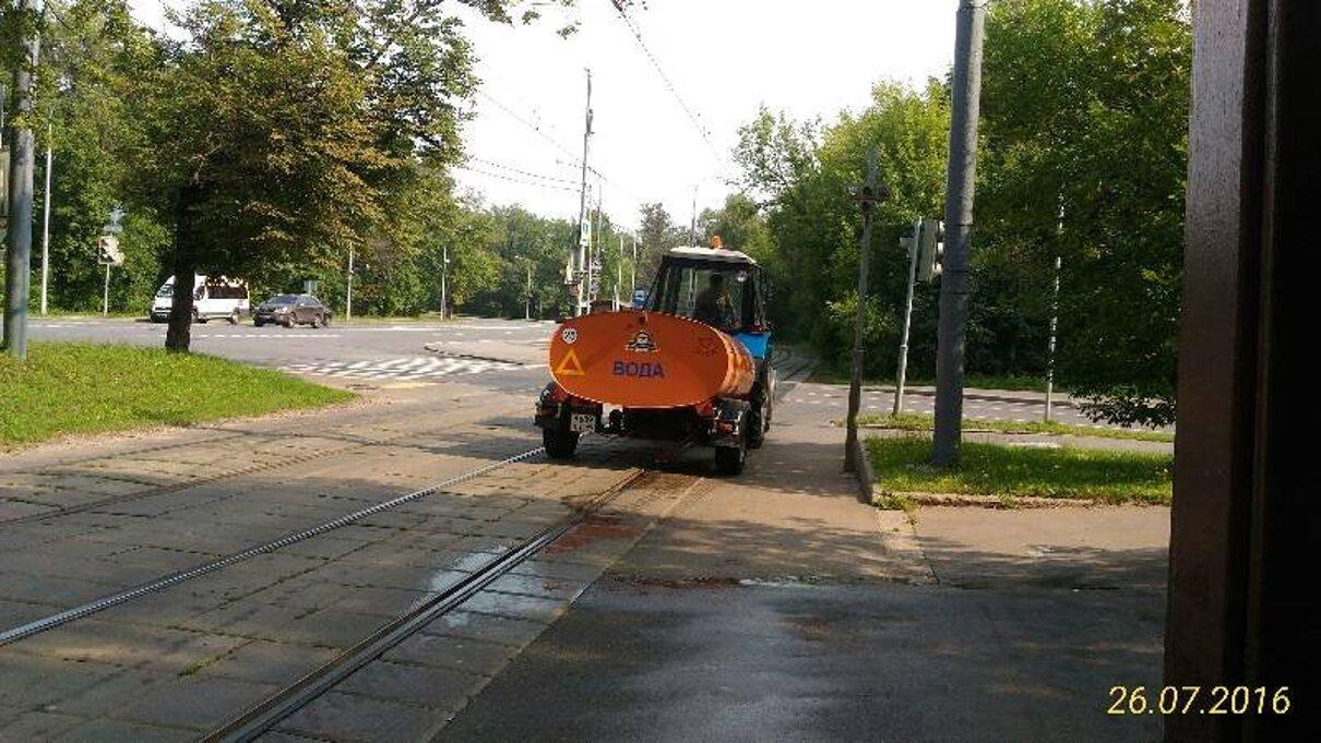 Жалоба-отзыв: Водитель поливальной машины - Водитель поливальной машины облил пешехода.  Фото №1