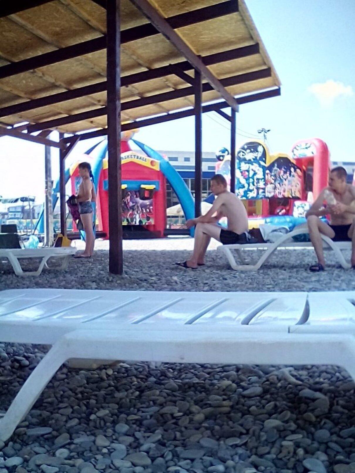 Жалоба-отзыв: Администратор лежаков на городском пляже г - Сколько стоит тень на городском пляже?.  Фото №1