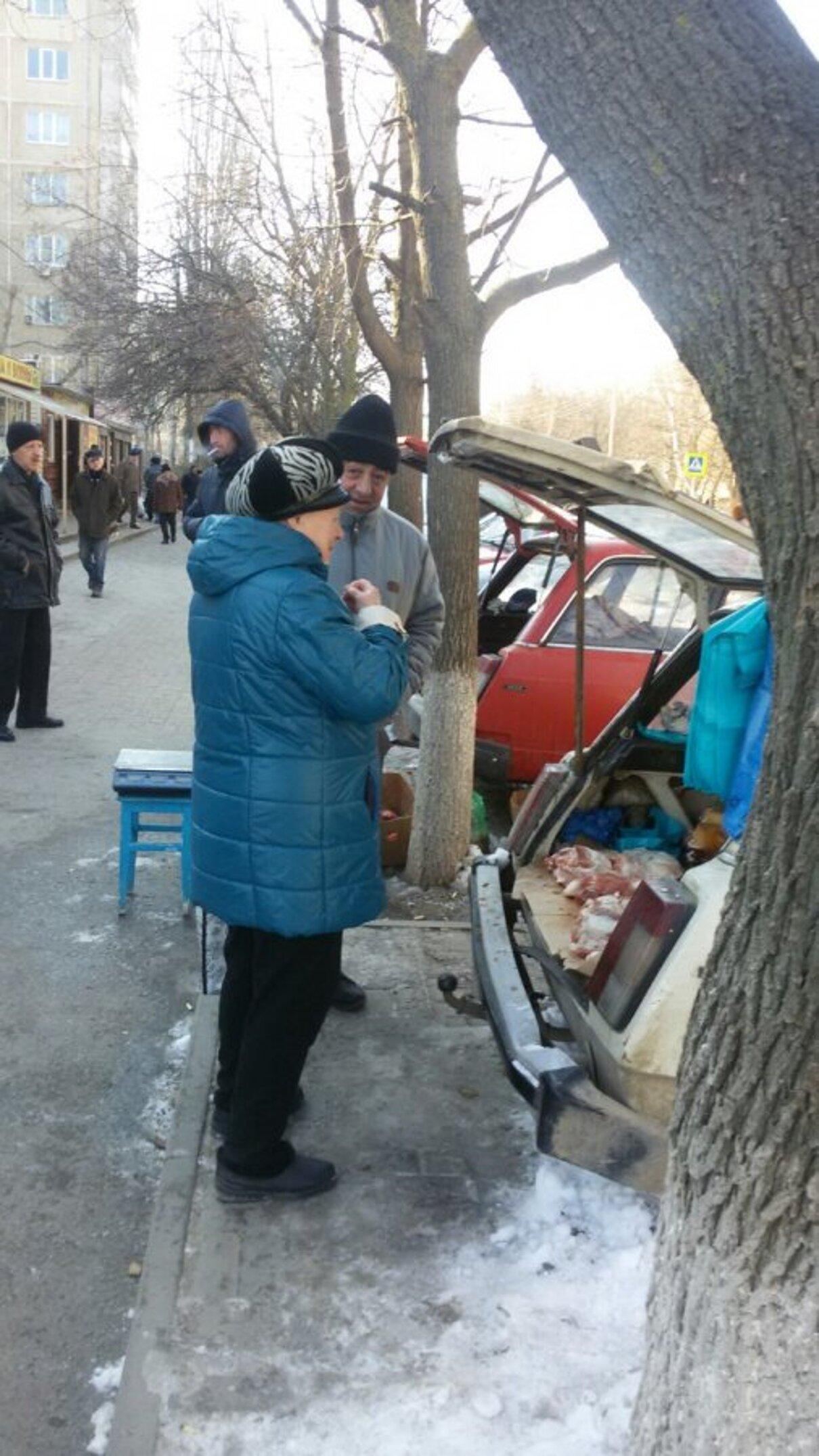 Жалоба-отзыв: Продавцы мяса на тротуарах и вдоль дорог - Беспредел в г.Волгодонске.  Фото №1