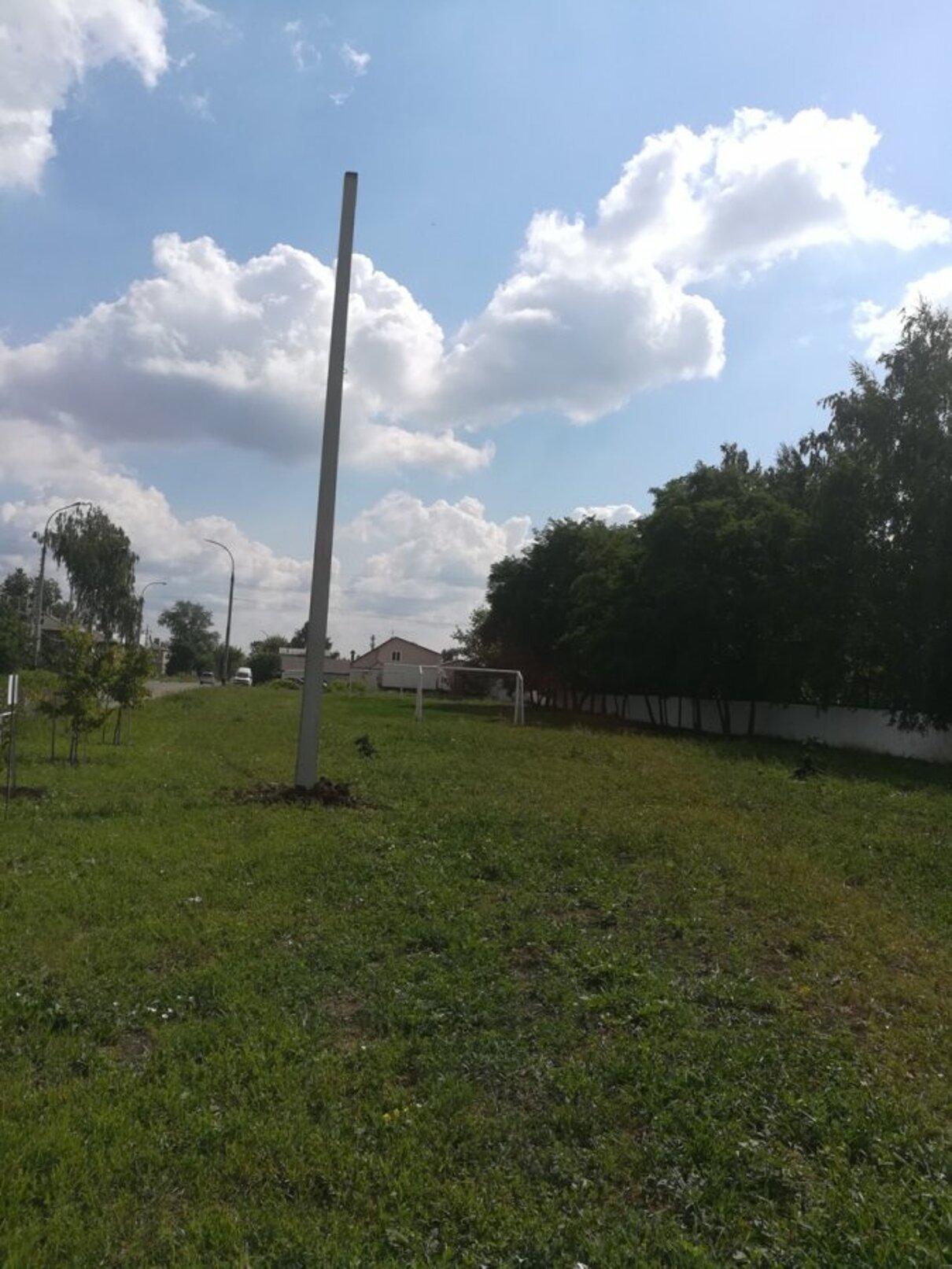 Жалоба-отзыв: Администрация города - Вкопали столб электрический на детской площадке.  Фото №1