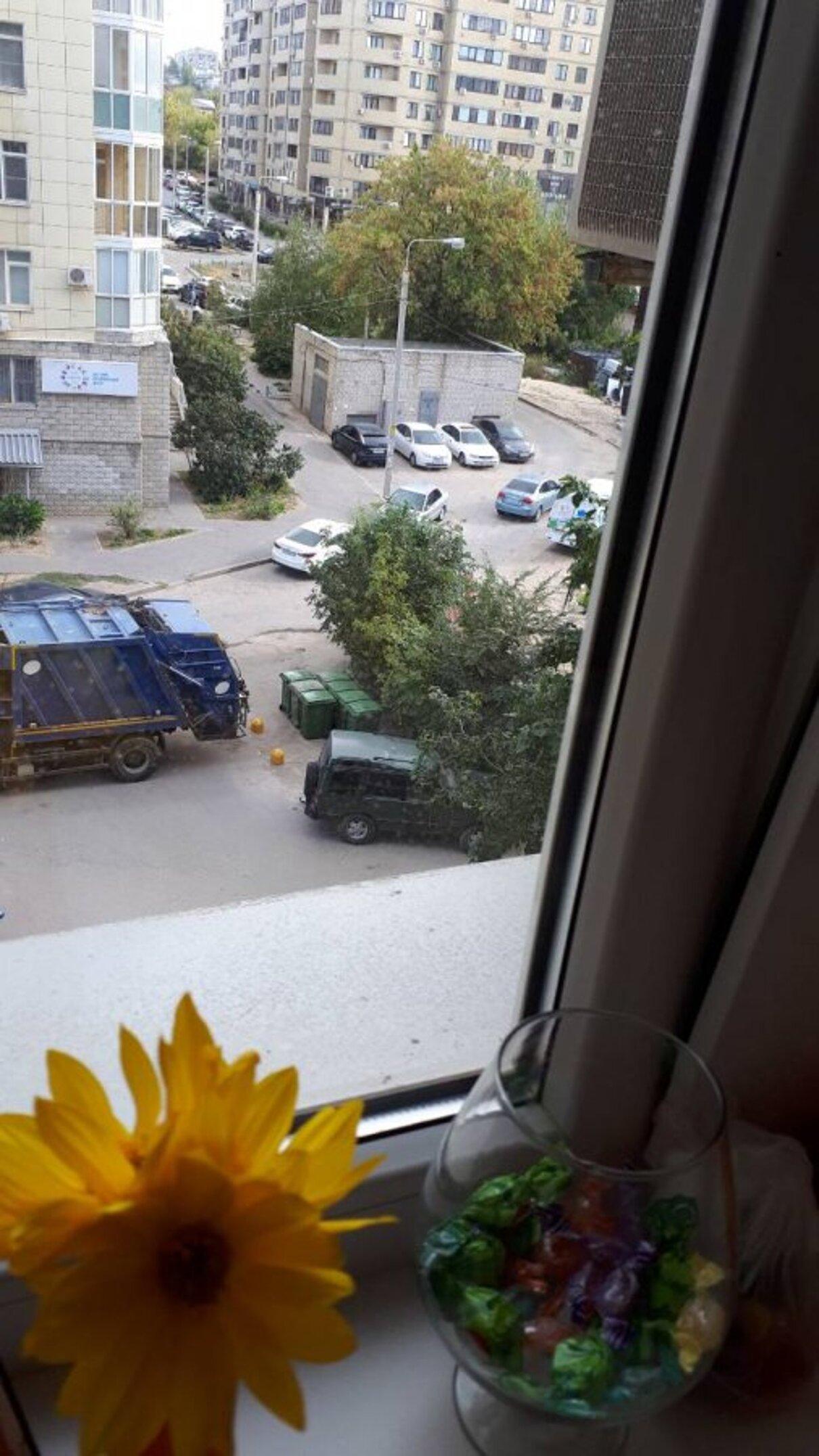 Жалоба-отзыв: УК «Жилкомсервис - Установка мусорных баков на проезжей части возле детской площадки.  Фото №1