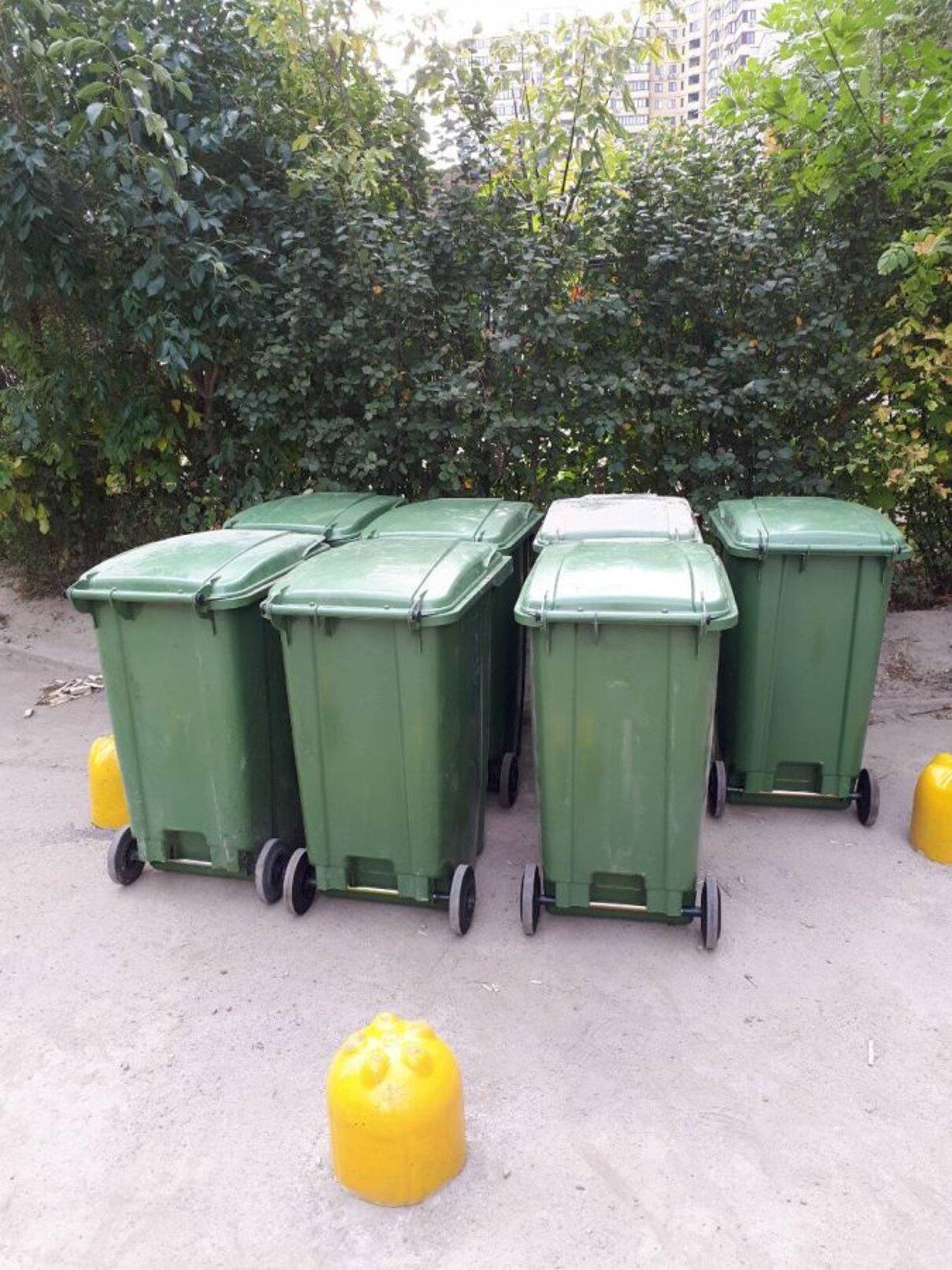 Жалоба-отзыв: УК «Жилкомсервис - Установка мусорных баков на проезжей части возле детской площадки.  Фото №4