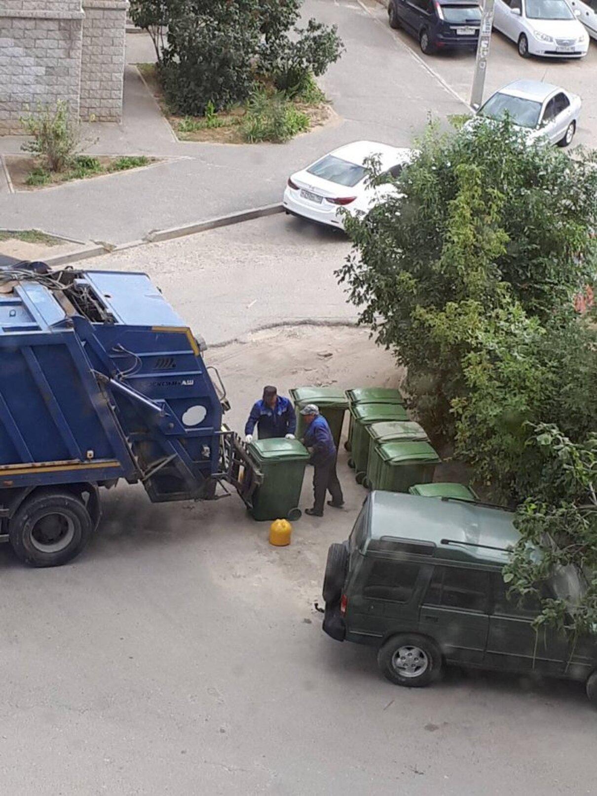 Жалоба-отзыв: УК «Жилкомсервис - Установка мусорных баков на проезжей части возле детской площадки.  Фото №2