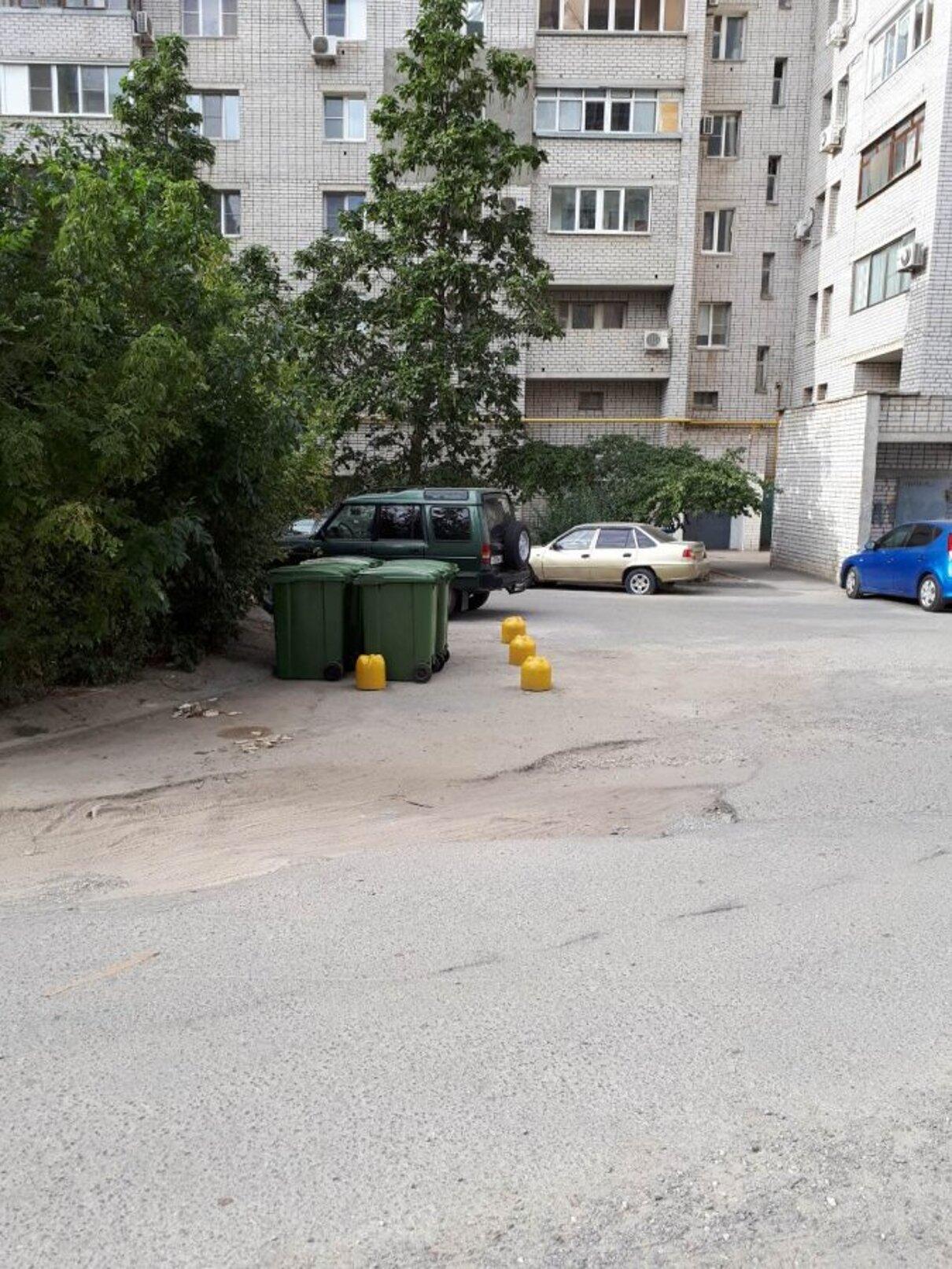 Жалоба-отзыв: УК «Жилкомсервис - Установка мусорных баков на проезжей части возле детской площадки.  Фото №3