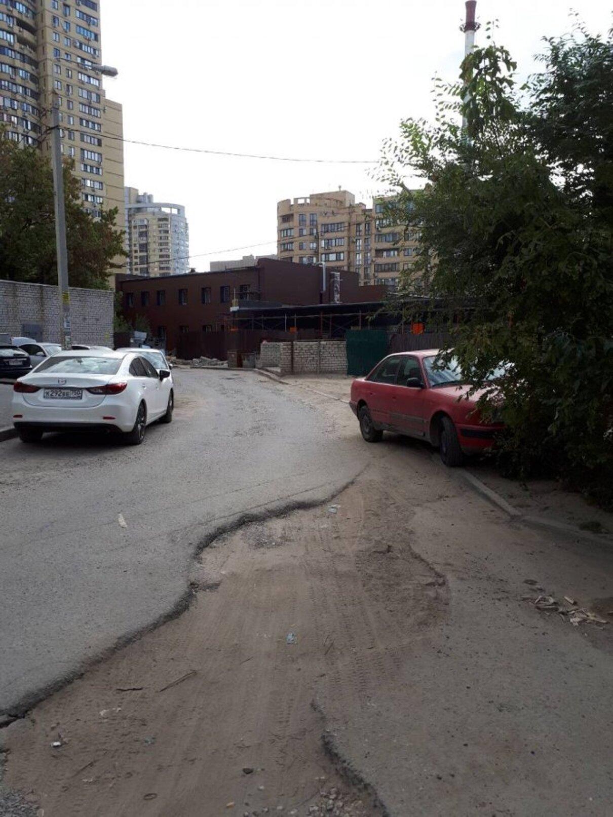 Жалоба-отзыв: УК «Жилкомсервис - Установка мусорных баков на проезжей части возле детской площадки.  Фото №5